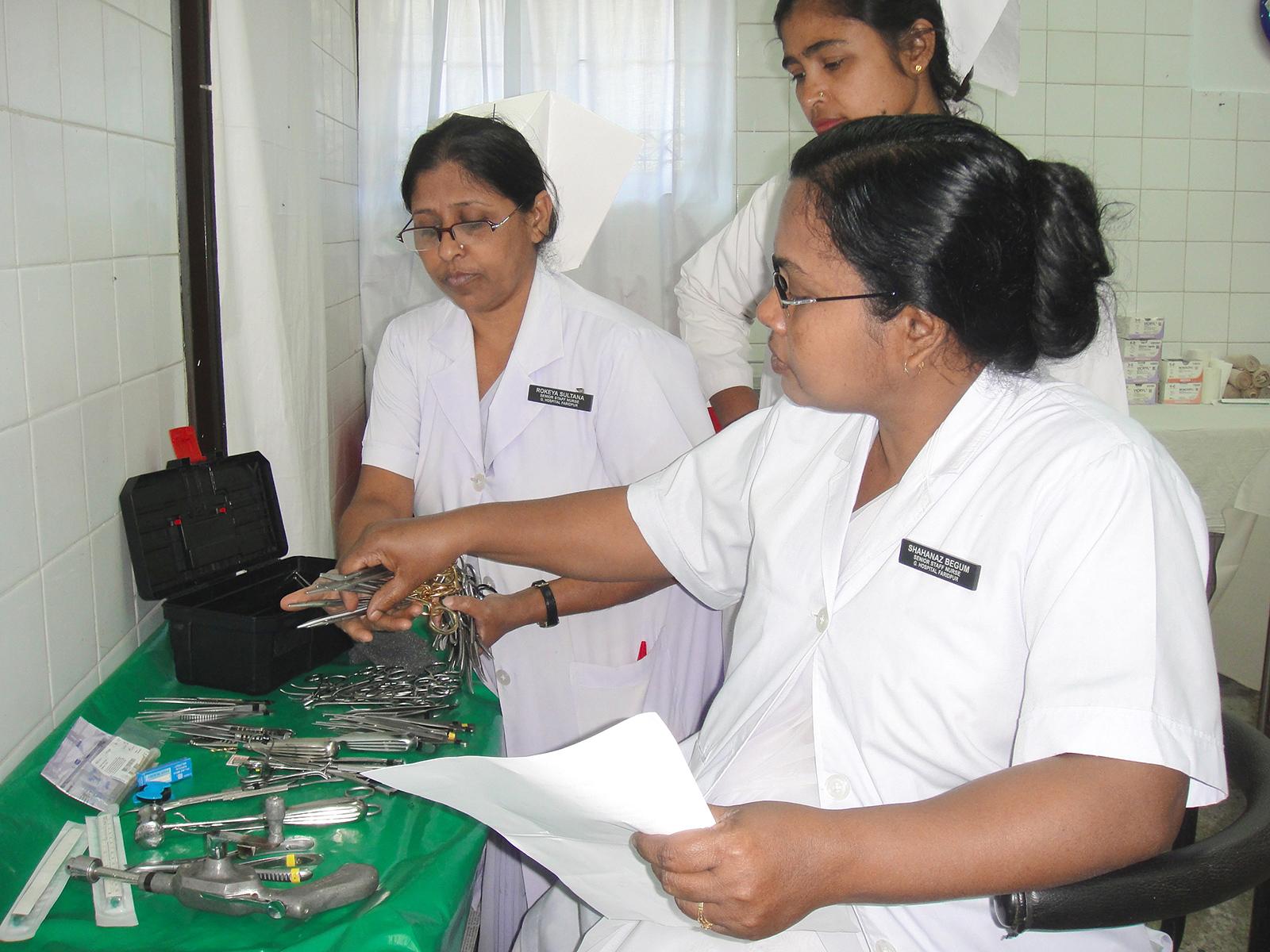 Bengalese verpleegkundigen met instrumententarium
