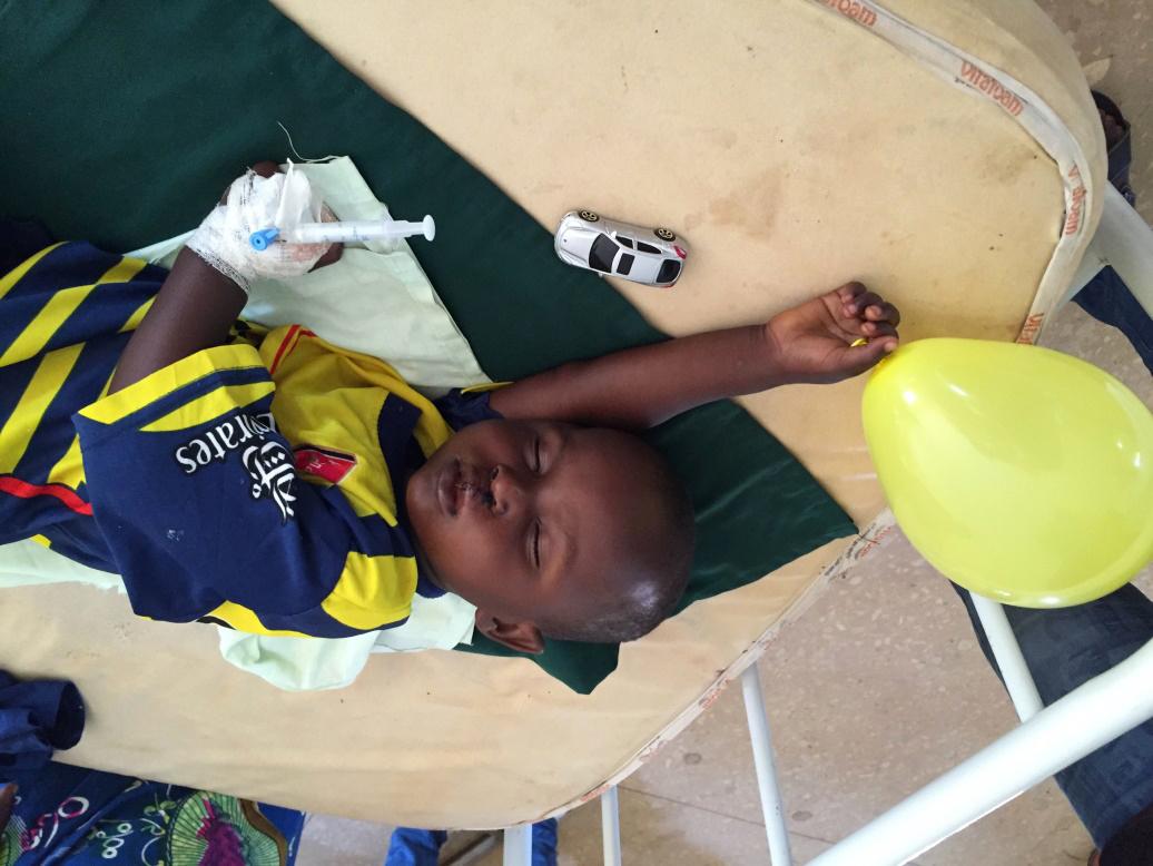 Slapend jongetje op de zaal na lipsluiting trots op zijn auto en ballon