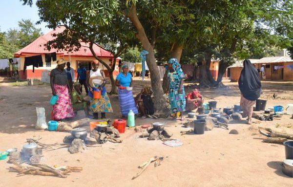 Koken op wankele stenen met gevaar voor brandwonden (Nigeria)